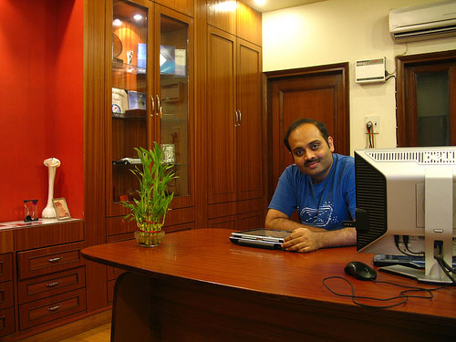 amit agarwal 11 Home Offices Of Professional Bloggers For Inspiration